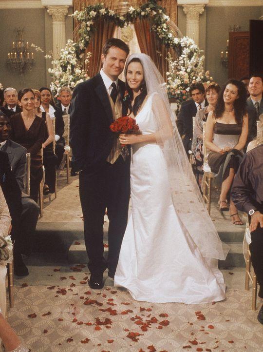 Endlich glücklich verheiratet: Monica (Courteney Cox, r.) und Chandler (Matthew Perry, l.). - Bildquelle: TM+  2000 WARNER BROS.
