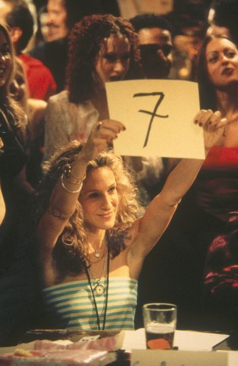 """Auf Staten Island nimmt Carrie (Sarah Jessica Parker) als Jurorin an der Endausscheidung zum Kalender """"Feuerwehrmänner des Jahres"""" teil - und lernt... - Bildquelle: Paramount Pictures"""