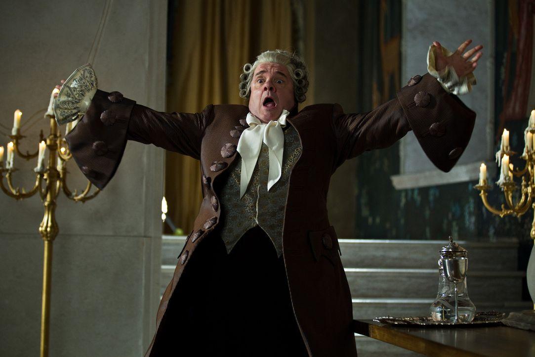 Strafe muss sein! Diener Brighton (Nathan Lane) wird für seinen Ungehorsam in eine Kakerlake verwandelt ... - Bildquelle: Jan Thijs STUDIOCANAL