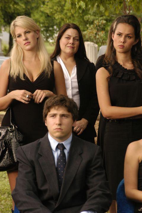 Da Deb im Körper von Jane (Brooke Elliott, hinten M.) wieder auf die Erde zurückgekommen ist, nimmt sie an ihrer eigenen Beerdigung teil ... - Bildquelle: 2009 Sony Pictures Television Inc. All Rights Reserved.