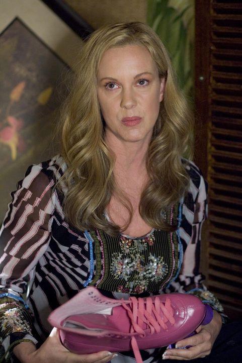 Nach der schockierenden Diagnose, dass sie Krebs hat, flüchtet sich Celia (Elizabeth Perkins) in die Vergangenheit. Mit Kleidern aus ihrer Schulzei... - Bildquelle: Lions Gate Television
