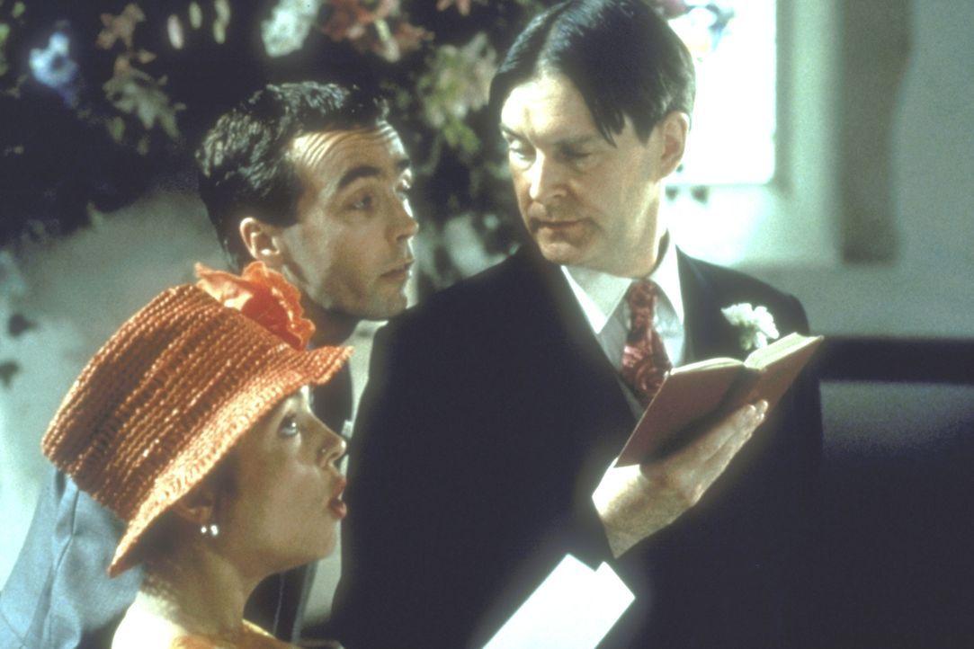 Charles schräge Freunde Matthew (John Hannah, M.), Tom (James Fleet, r.) und Scarlett (Charlotte Coleman, l.) beleben jede Hochzeitsfeierlichkeit ... - Bildquelle: Gramercy Pictures