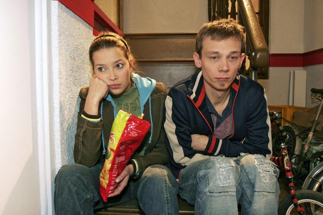 Hannah (Laura Osswald, l.) denkt an Marc und Jürgen (Oliver Bokern, r.) trauert Sabrina hinterher. - Bildquelle: Noreen Flynn SAT.1 / Noreen Flynn
