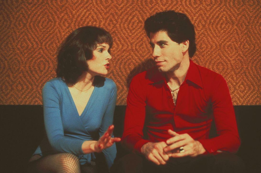 Die Mädchen liegen ihm zu Füßen. Doch Tony (John Travolta, r.) interessiert sich nur für Stephanie (Karen Lynn Gorney, l.) ... - Bildquelle: Paramount Pictures