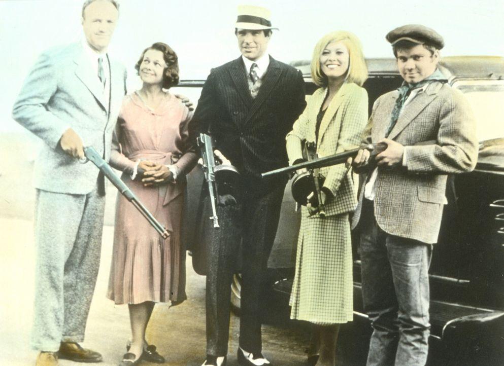 Buck Barrow (Gene Hackman, l.), seine Frau Blanche (Estelle Parsons, 2.v.li.) und C. W. Moss (Michael J. Pollard, r.) schließen sich dem berühmt-b... - Bildquelle: Warner Bros.