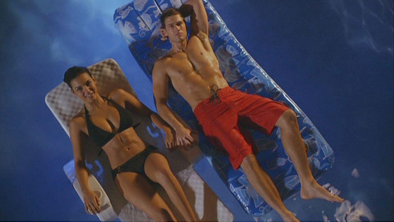 Bahnt sich da etwa eine Romanze an? Riley (Jessica Lucas, l.) und Drew (Nick Zano, r.) - Bildquelle: 2009 The CW Network, LLC. All rights reserved.