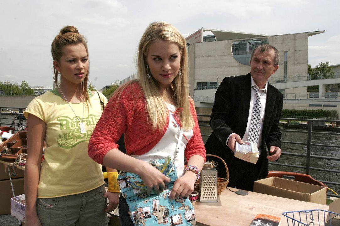 Ungläubig sieht Hannah (Laura Osswald, l.) mit an, wie Kim (Lara-Isabelle Rentinck, M.) auf dem Flohmarkt eine Figur mitgehen lässt. - Bildquelle: Noreen Flynn SAT.1 / Noreen Flynn