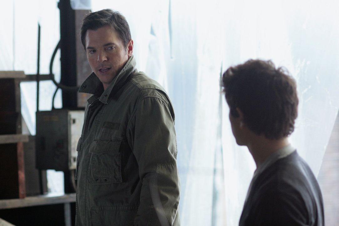 Tom Foss (Nicholas Lea, l.) freut sich darüber, dass Kyle (Matt Dallas, r.) endlich das Training aufnimmt. Er will dem Jungen helfen, seine Fähigk... - Bildquelle: TOUCHSTONE TELEVISION