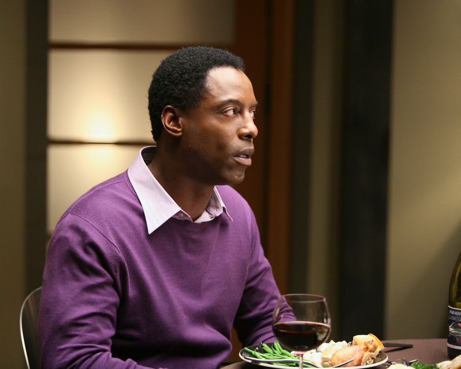 Burke (Isaiah Washington) ist etwas entsetzt, den Cristina sieht nicht ein, sich zu ihm und seinen Gästen an den Tisch zu setzen ... - Bildquelle: Touchstone Television