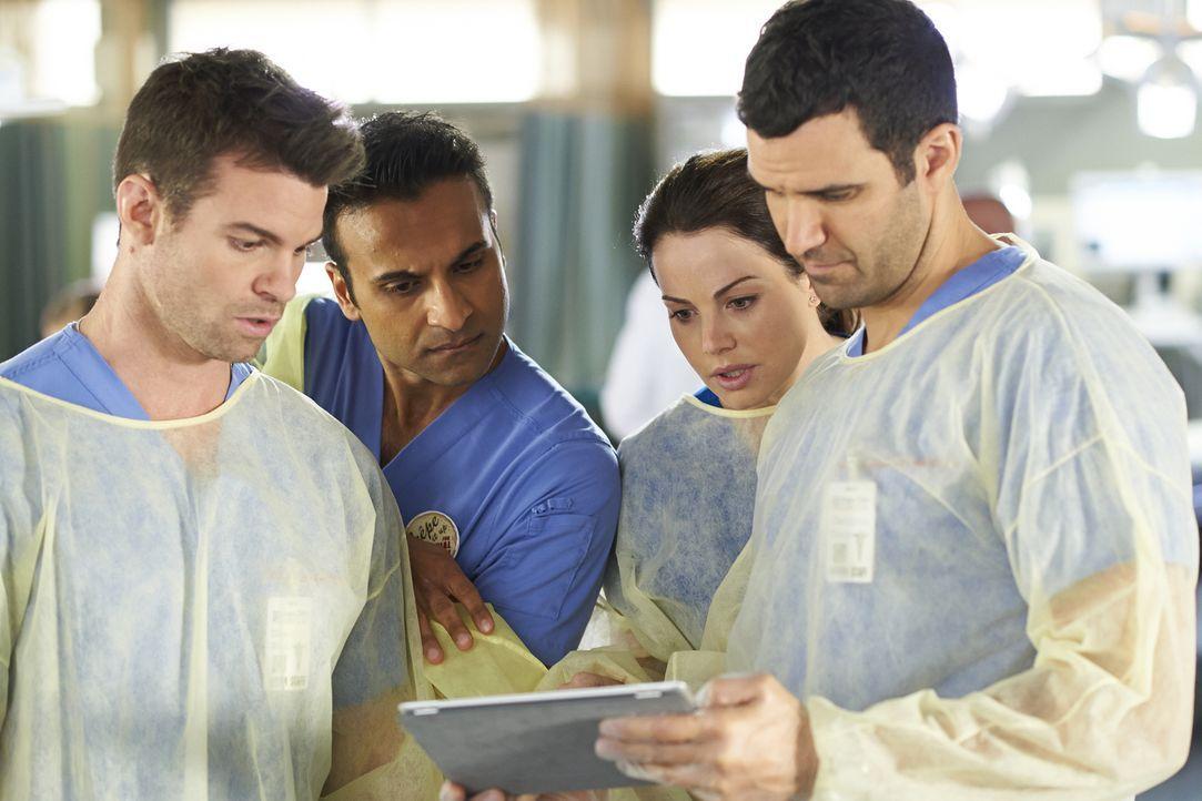Während bei Joel (Daniel Gillies, l.), Shahir (Huse Madhavji, 2.v.l.), Alex (Erica Durance, 2.v.r.) und Dr. Miller (Benjamin Ayres, r.) im Krankenha... - Bildquelle: Ken Woroner 2014 Hope Zee Three Inc.