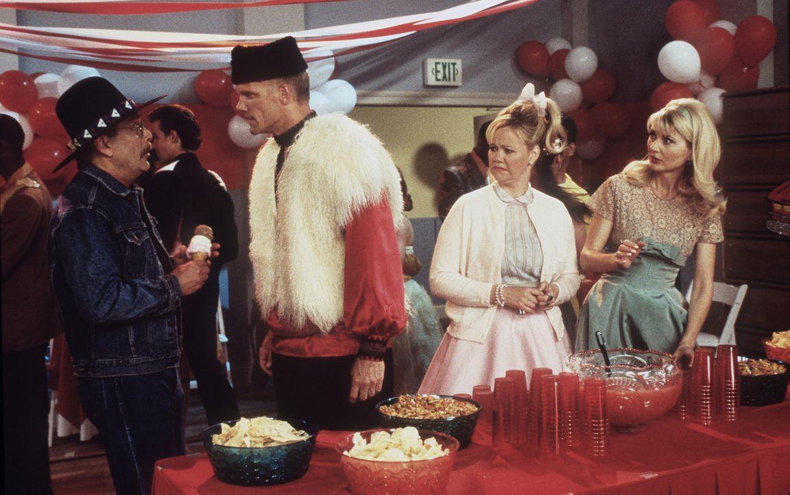 Yuri (Rick Cramer, 2.v.l.) taucht bei einem Tanzabend der Schule auf, um sich Salem vorzunehmen. Dummerweise verwechselt er ihn mit Mr. Kraft (Marti... - Bildquelle: Paramount Pictures