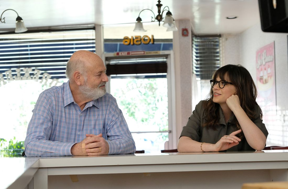 Helfen sich gegenseitig mit ihren Liebesproblemen: Jess (Zooey Deschanel, r.) und ihr Vater Bob (Rob Reiner, l.) ... - Bildquelle: Ray Mickshaw 2017 Fox and its related entities.  All rights reserved.