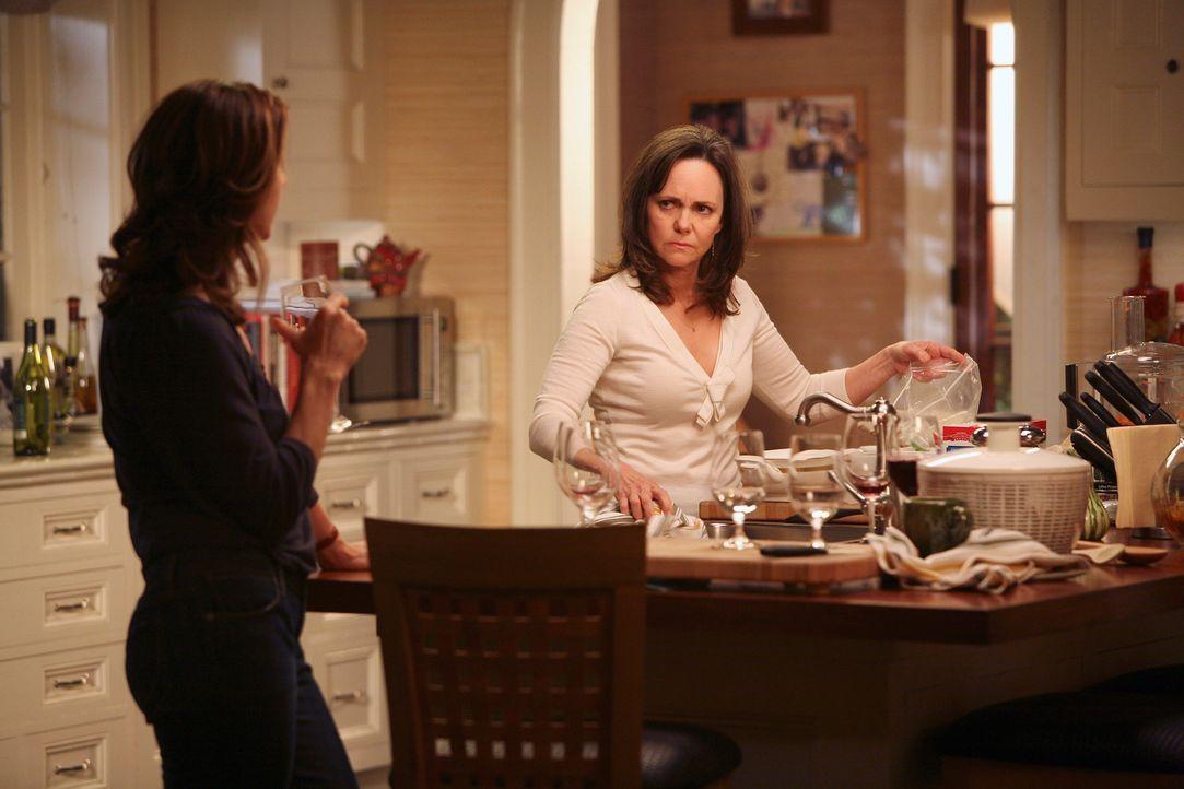 Sarah (Rachel Griffiths, l.) möchte sich nach dem großen Streit mit ihrer Mutter (Sally Field, r.) endlich wieder versöhnen. Wird Nora Sarahs Lü... - Bildquelle: Disney - ABC International Television