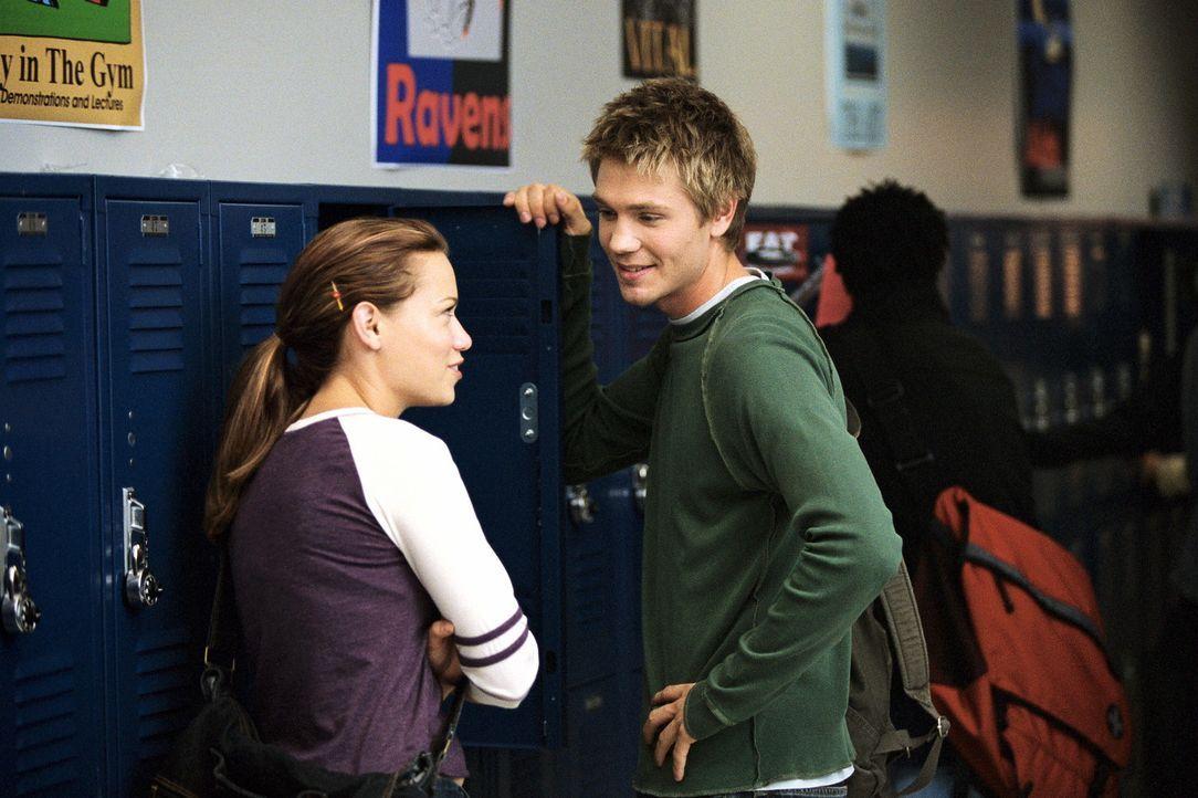 Ein neuer Nachhilfeschüler hat sich bei Haley (Bethany Joy Lenz, l.) angemeldet - Nathan. Nach langem Hin und Her entscheidet sie sich, ihm Nachhil... - Bildquelle: Warner Bros. Pictures