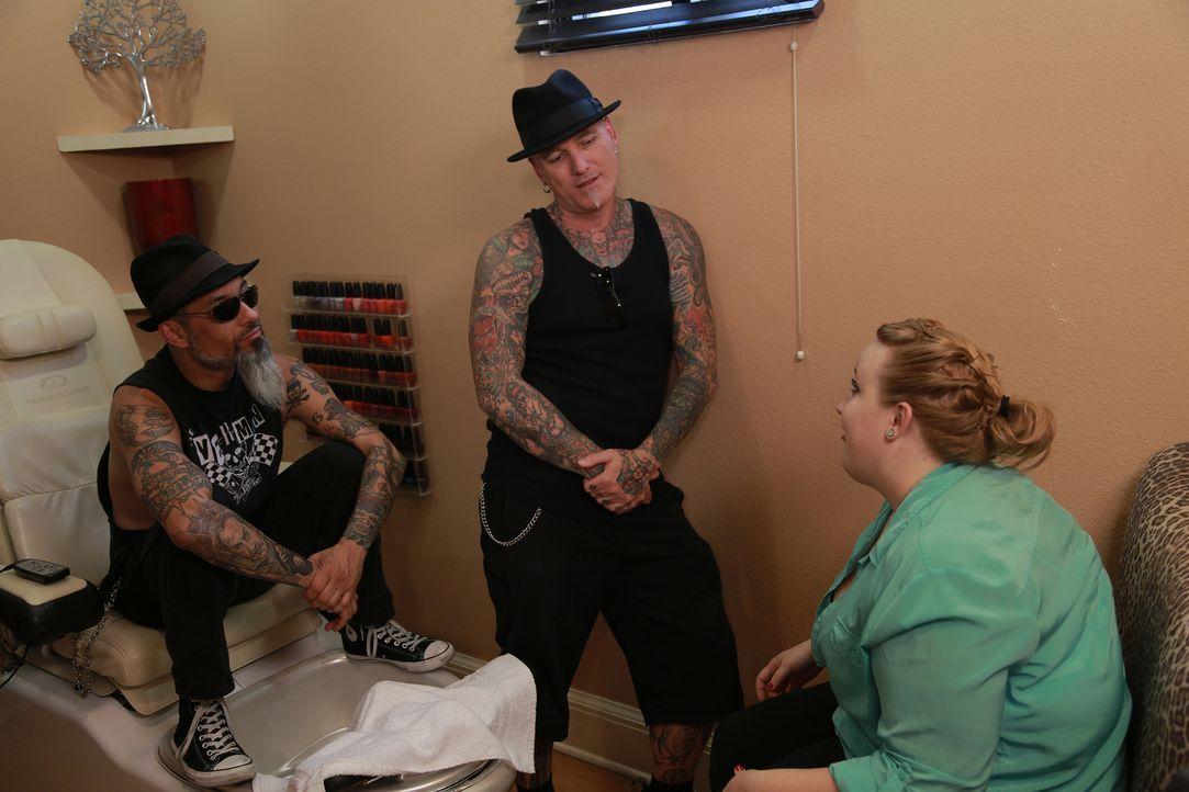 Kristins (r.) Mann schickt Dirk (M.) und Ruckus (l.) bei seiner Ehefrau vorbei, damit sie eine Tattoo-Intervention durchführen ... - Bildquelle: 2013 A+E Networks, LLC
