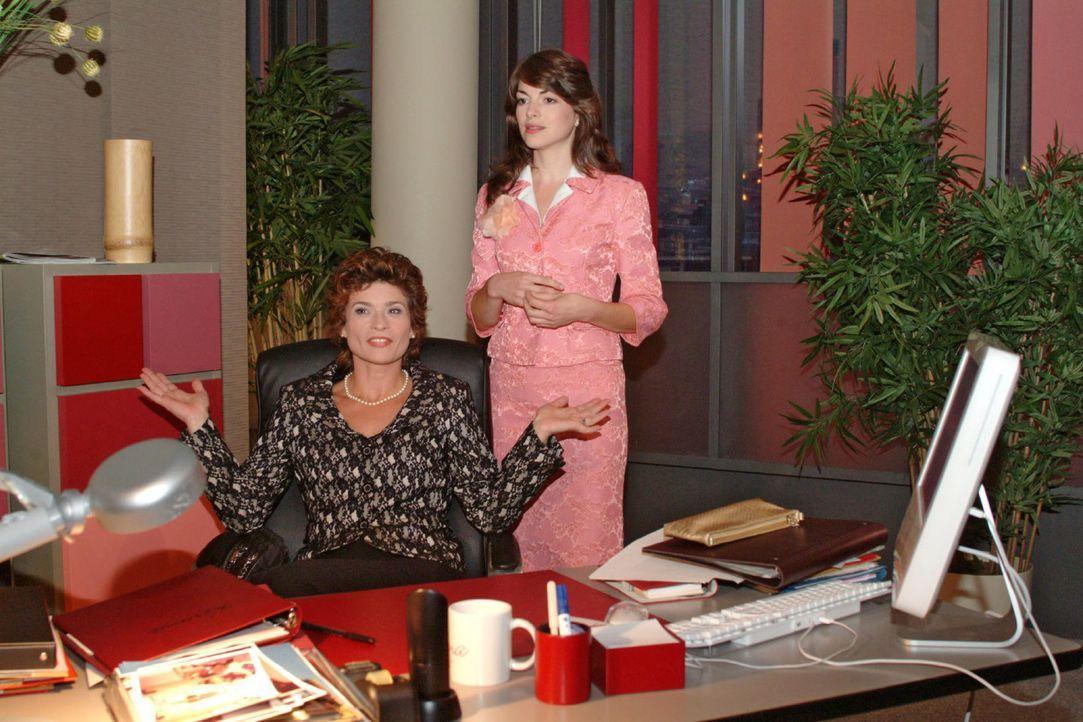 In der Annahme, dass die Zusammenarbeit zwischen Sophie (Gabrielle Scharnitzky, l.) und Laura längst beendet ist, versucht Mariella (Bianca Hein) i... - Bildquelle: Monika Schürle Sat.1