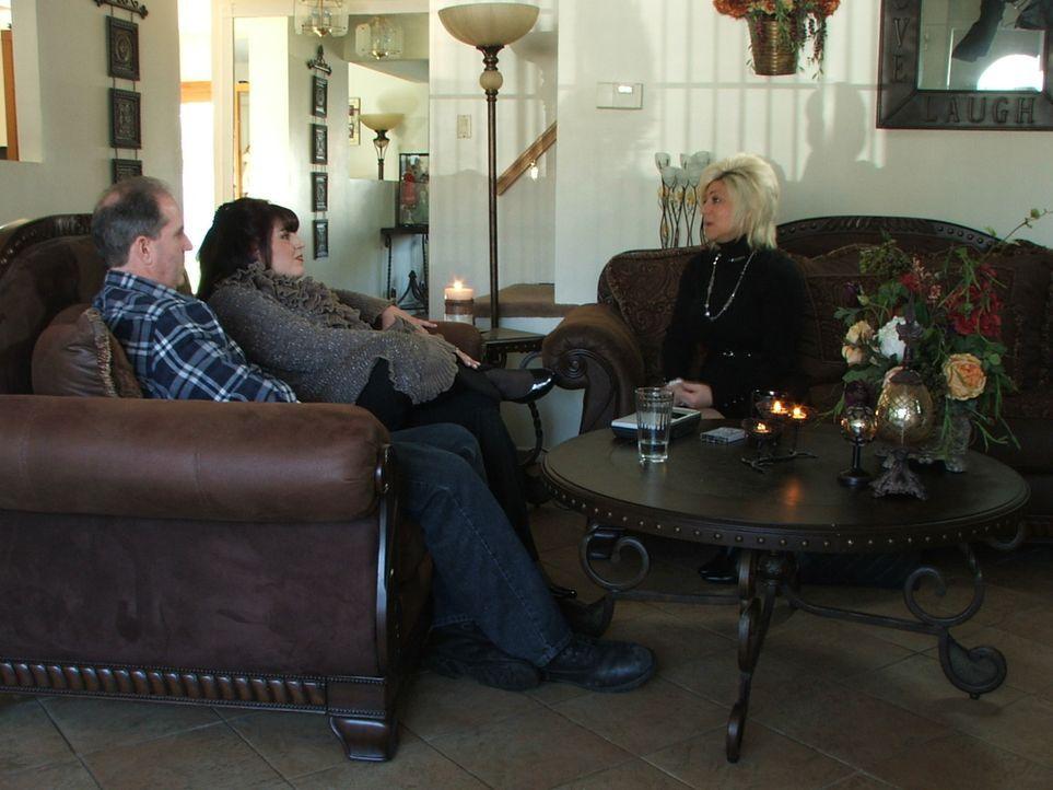 Theresa (r.) besucht Deanna (M.) und Michael (l.). Deanna spürt eine ganz besondere Bindung zu ihrer verstorbenen Großmutter und hofft über There... - Bildquelle: Discovery Communications, Inc.