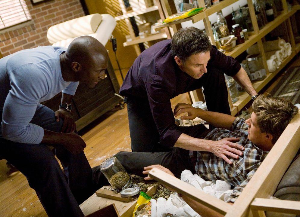 Pete (Tim Daly, M.) und Sam (Taye Diggs, l.) machen sich Sorgen um Dell (Chris Lowell, r.), der von Keith, nachdem der wieder zu sich gekommen ist,... - Bildquelle: ABC Studios