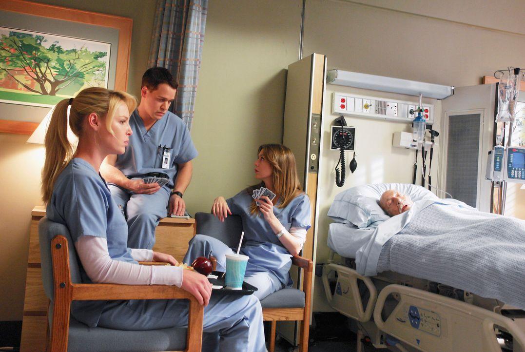 Für Izzie (Katherine Heigl, l.), George (T. R. Knight, 2.v.l.) und Meredith (Ellen Pompeo, 2.v.r.) ist ein Arbeitstag im Krankenhaus nicht immer ein... - Bildquelle: Touchstone Television