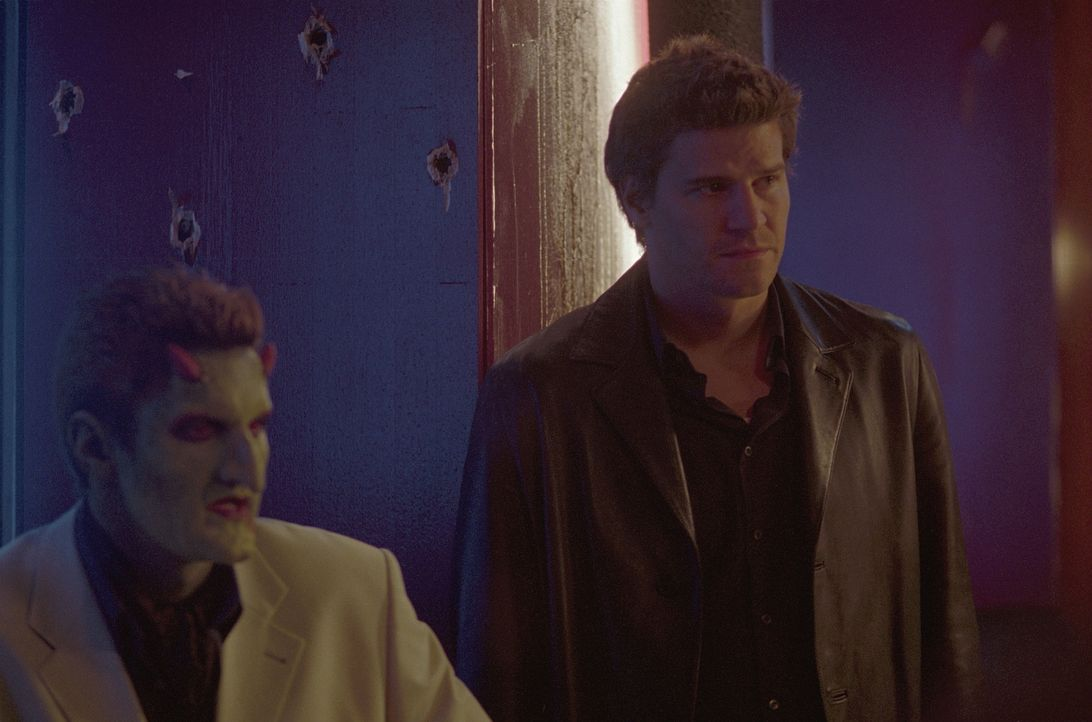 Lorne (Andy Hallett, l.) und Angel (David Boreanaz, r.) werden von Gunns ehemaligen Gang überrumpelt ... - Bildquelle: 20th Century Fox. All Rights Reserved.