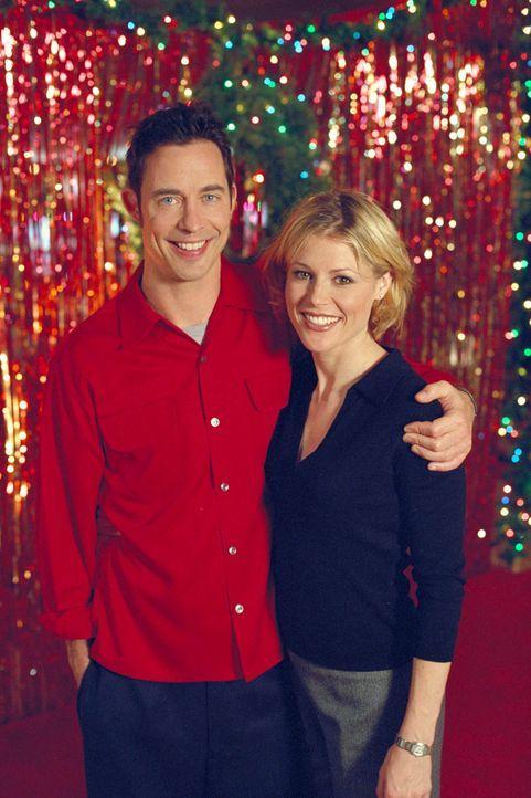 Noch ahnen Ed (Tom Cavanagh, l.) und Carol (Julie Bowen, r.) nicht, was nach der großen Weihnachts-Verschenkaktion auf sie zukommt ... - Bildquelle: Paramount