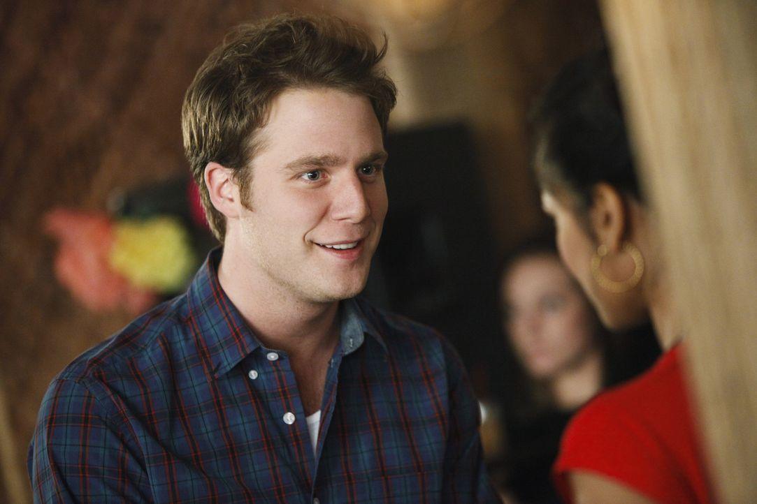 Noch immer liebt Evan (Jake McDorman, l.) Rebecca (Dilshad Vadsaria, r.) über alles und er bittet sie um eine zweite Chance. Wird er sie bekommen? - Bildquelle: 2010 Disney Enterprises, Inc. All rights reserved.