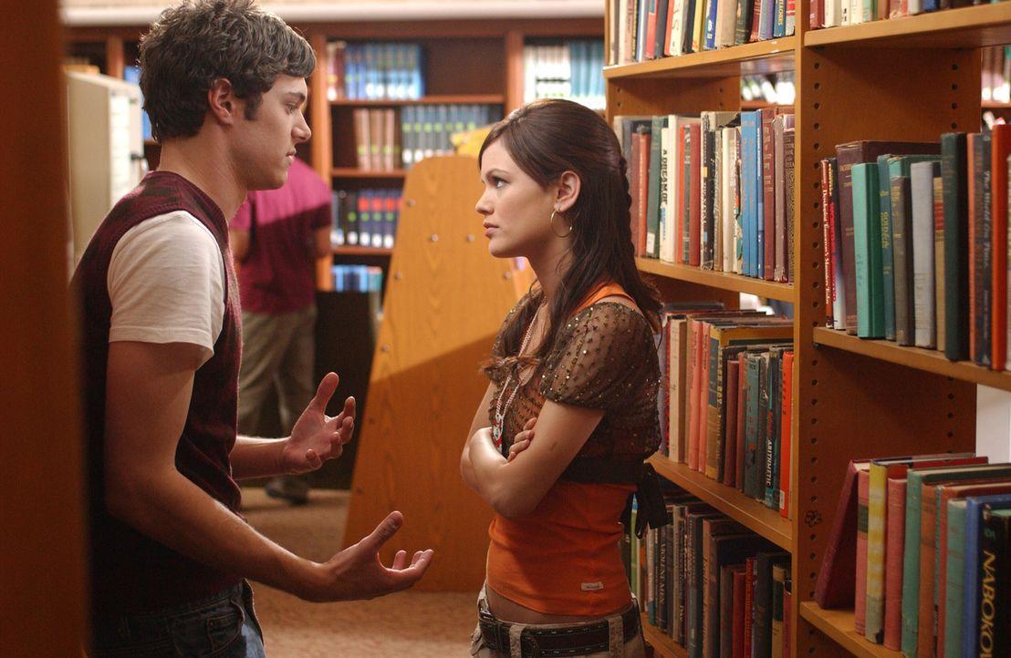 Summer (Rachel Bilson, r.) ist etwas genervt, dass Seth (Adam Brody, l.) sich ständig in die Beziehung zwischen Ryan und Marissa einmischt und bitt... - Bildquelle: Warner Bros. Television