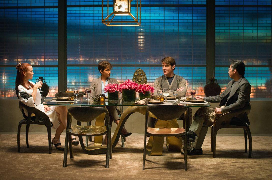 Beim gemeinsamen Abendessen mit Femi (Annie Wersching, l.) und Hideki (Hiroyuki Sanada, r.) erfahren Molly (Halle Berry, 2.v.l.) und John (Goran Vis... - Bildquelle: Dale Robinette 2014 CBS Broadcasting, Inc. All Rights Reserved