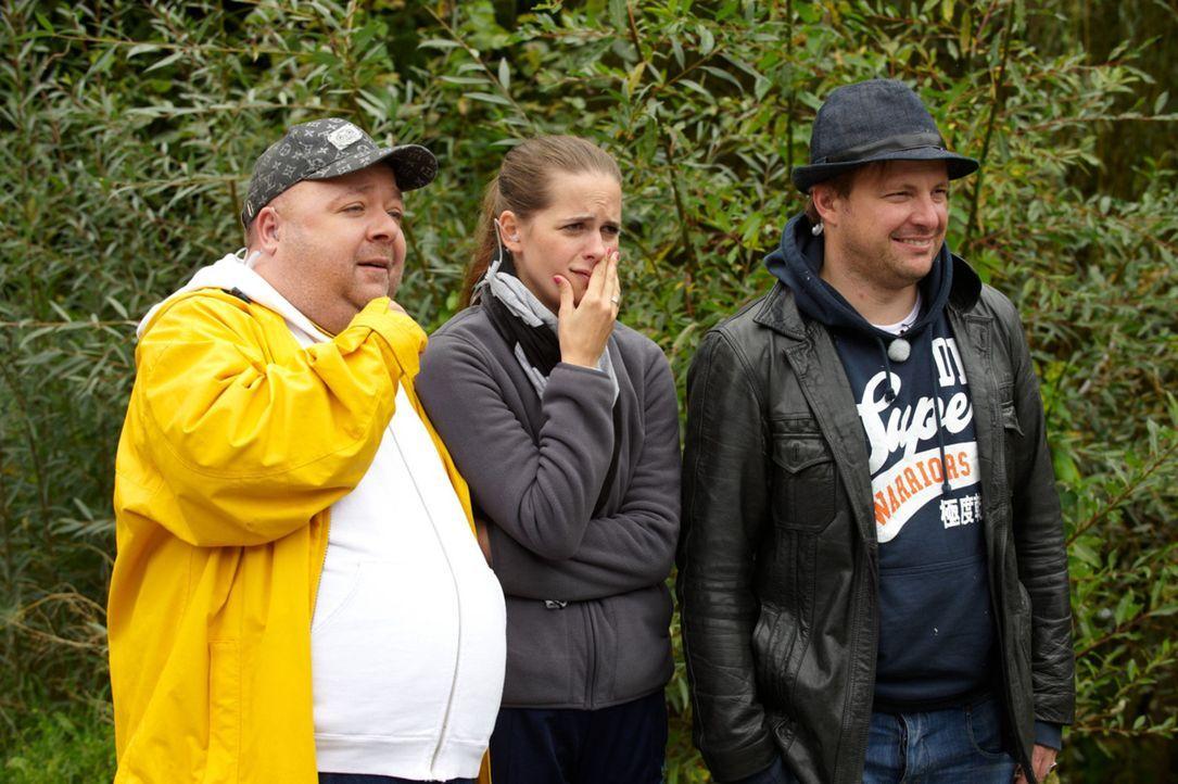 Sind geschockt, als sie sehen, wie Jürgen vom Notarzt abtransportiert wird: Dirk (l.), Isabell (M,) und Martin (r.) ... - Bildquelle: Walter Wehner SAT.1