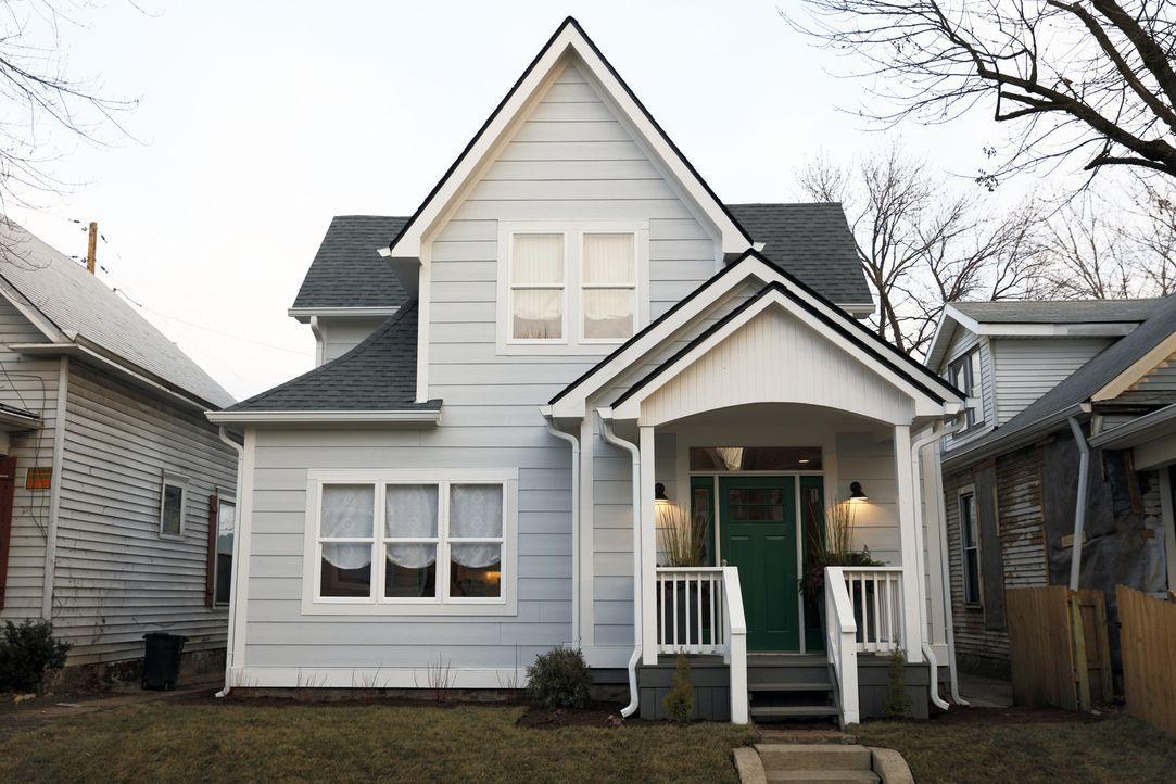 In Bates-Hendricks kaufen Karen und Mina ein Haus für nur $4500 und erkennen schnell, warum es so günstig war. Jetzt müssen sie allesgeben, um aus d... - Bildquelle: 2016, HGTV/Scripps Networks, LLC. All Rights Reserved.