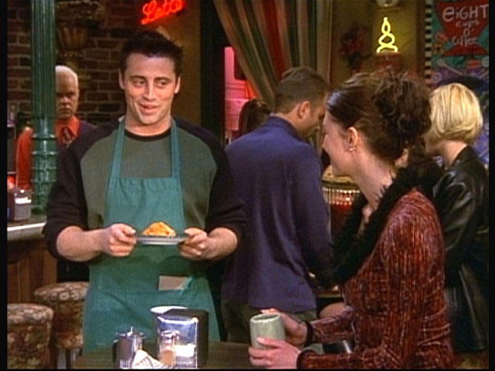 Sehr zum Unwillen seines Chefs bedient Joey (Matt LeBlanc, l.) alle hübschen Frauen auf Kosten des Hauses. - Bildquelle: TM+  2000 WARNER BROS.