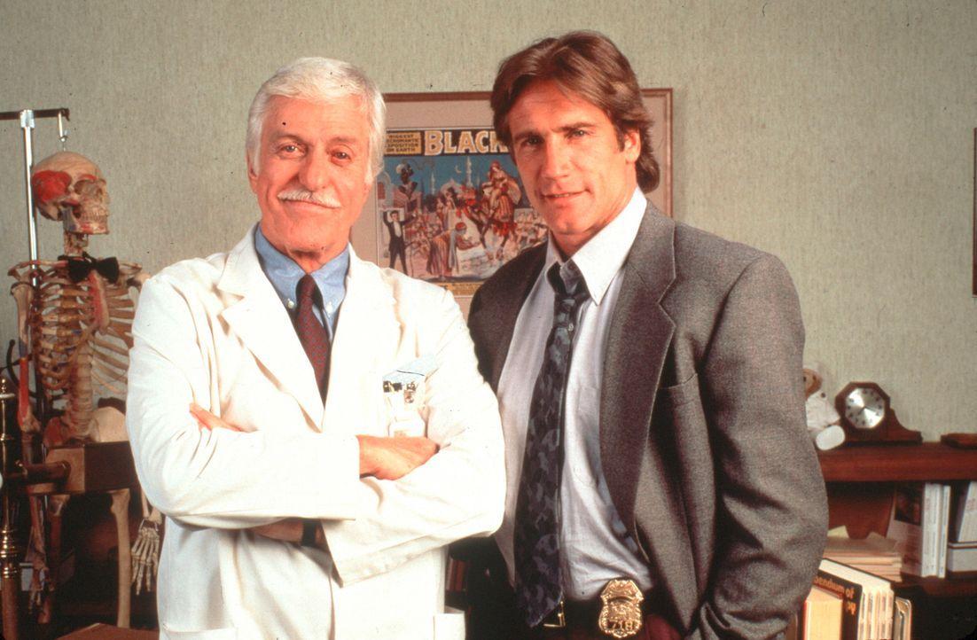 Dr. Mark Sloan (Dick Van Dyke, l.) ist Oberarzt einer Klinik und medizinischer Berater der örtlichen Polizei, bei deren Mordkommission sein Sohn St... - Bildquelle: Viacom