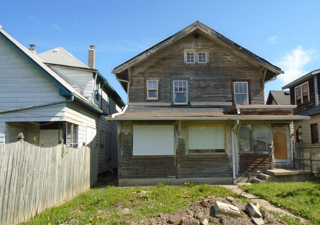 Das große Haus war zwar ein Schnäppchen, doch mit dem fauligen Holz und anderen altersbedingten Makeln wartet viel Arbeit auf Mina und Karen ... - Bildquelle: 2016,HGTV/Scripps Networks, LLC. All Rights Reserved