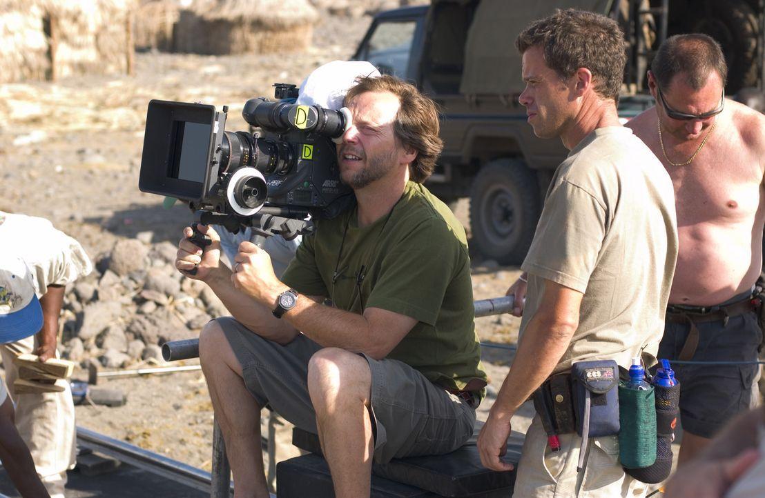 """Regisseur Fernando Mereilles (M.) zeigt während der Dreharbeiten zu """"Der ewige Gärtner"""" auch als Kameramann vollen Einsatz. - Bildquelle: Epsilon Motion Pictures"""