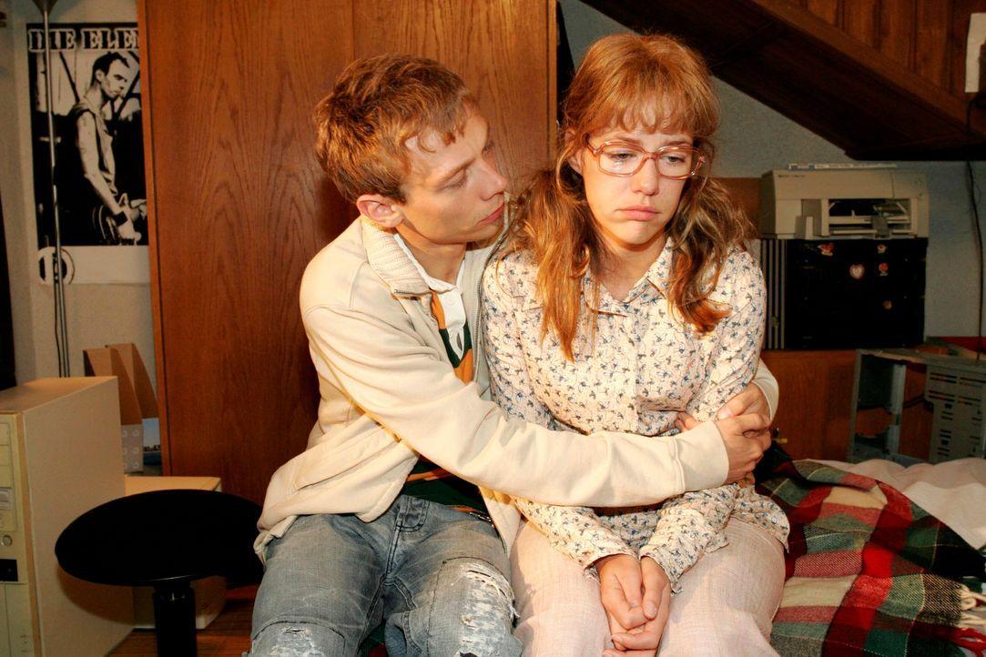 Jürgen (Oliver Bokern, l.) versucht Lisa (Alexandra Neldel, r.) so gut er kann zu trösten. (Dieses Foto von Alexandra Neldel darf nur in Zusammenh... - Bildquelle: Monika Schürle Sat.1