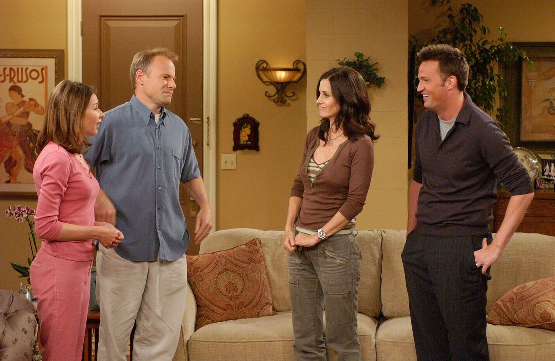 Monica (Courteney Cox, 2.v.r.) ist entsetzt als sich Chandler (Matthew Perry, r.) bei einem Besuch bei Colleen (Kellie Waymire, l.) und Bill (Jim Me... - Bildquelle: 2003 Warner Brothers International Television