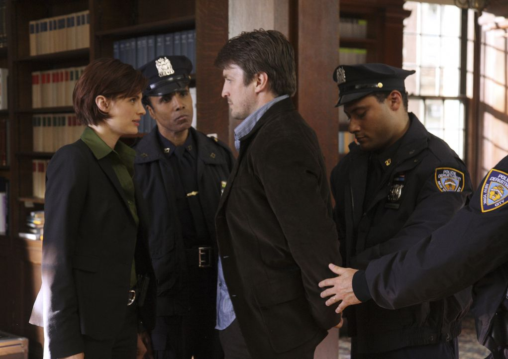 Kate Beckett (Stana Katic, l.) lässt sich nicht vom nonchalant - rotzigen Charme des Bestsellerautors Richard Castle (Nathan Fillion, 2.v.r.) einwic... - Bildquelle: ABC Studios
