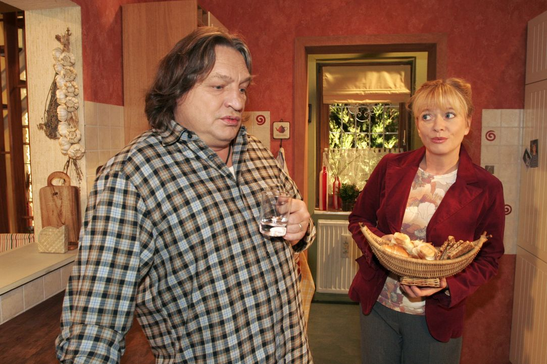 Zwischen Bernd (Volker Herold, l.) und Helga (Ulrike Mai, r.) kommt es zu einem Missverständnis. - Bildquelle: Noreen Flynn SAT.1 / Noreen Flynn
