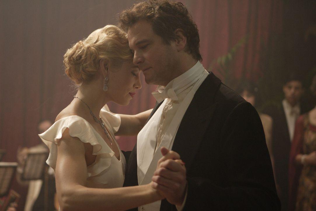Finden zueinander: Major Jim Whittaker (Colin Firth, r.) und Larita (Jessica Biel, l.) ... - Bildquelle: 2008 Easy Virtue Films Limited. All Rights Reserved.