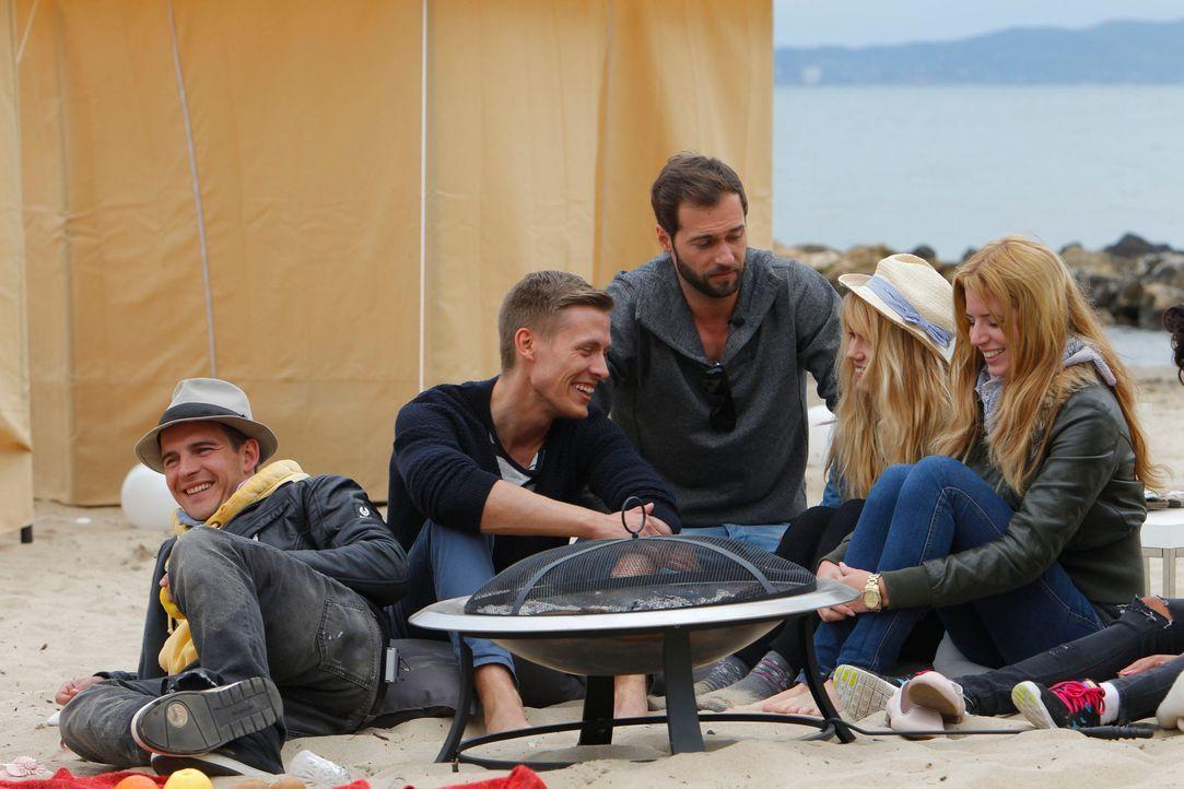 Am Abend grillen (v.l.n.r.) Paul, Marcel und Peter mit den Mädchen am Strand. - Bildquelle: Richard Hübner ProSieben