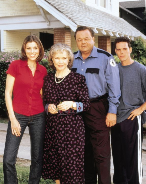 Famile DeLucca: Lydia (Heather Paige Kent, l.), Dolly (Ellen Burstyn, 2.v.l.), Frank (Paul Sorvino, 2.v.r.) und Paul (Kevin Dillon, r.) ... - Bildquelle: CBS Television