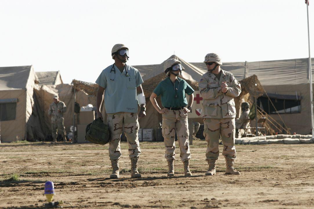 Dr. Michael Gallant (Sharif Atkins, l.) hat im Irak mit den schrecklichen Kriegsgeschehnissen zu kämpfen ... - Bildquelle: WARNER BROS