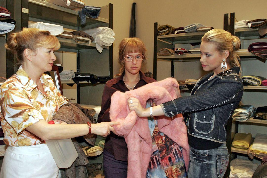 Vor der Charity-Veranstaltung lässt sich Lisa (Alexandra Neldel, M.) von Kim (Lara-Isabelle Rentinck, r.) und Helga (Ulrike Mai, l.) hinsichtlich de... - Bildquelle: Noreen Flynn SAT.1 / Noreen Flynn