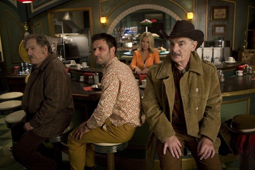 Olive (Kristin Chenoweth, 2.v.r.) braucht die Hilfe von Tierpräparator Randy Mann (David Arquette, 2.v.l.), denn er soll ihr bei der Flucht von Bus... - Bildquelle: Warner Brothers
