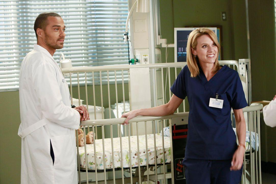 Die Gesichtsschädelspezialistin Lauren (Hilarie Burton, r.) soll ein Baby mit Missbildungen behandeln. Jackson (Jesse Williams, l.) hat sie extra ei... - Bildquelle: ABC Studios