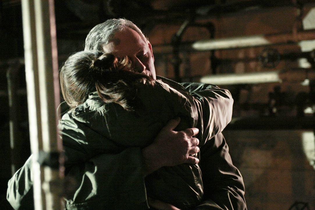 Wie vereinbart, verschwindet Vaughn mit der Spule, während Sydney (Jennifer Garner, r.) ihren Vater (Victor Garber, l.) ablenkt, indem sie behaupte... - Bildquelle: Touchstone Television