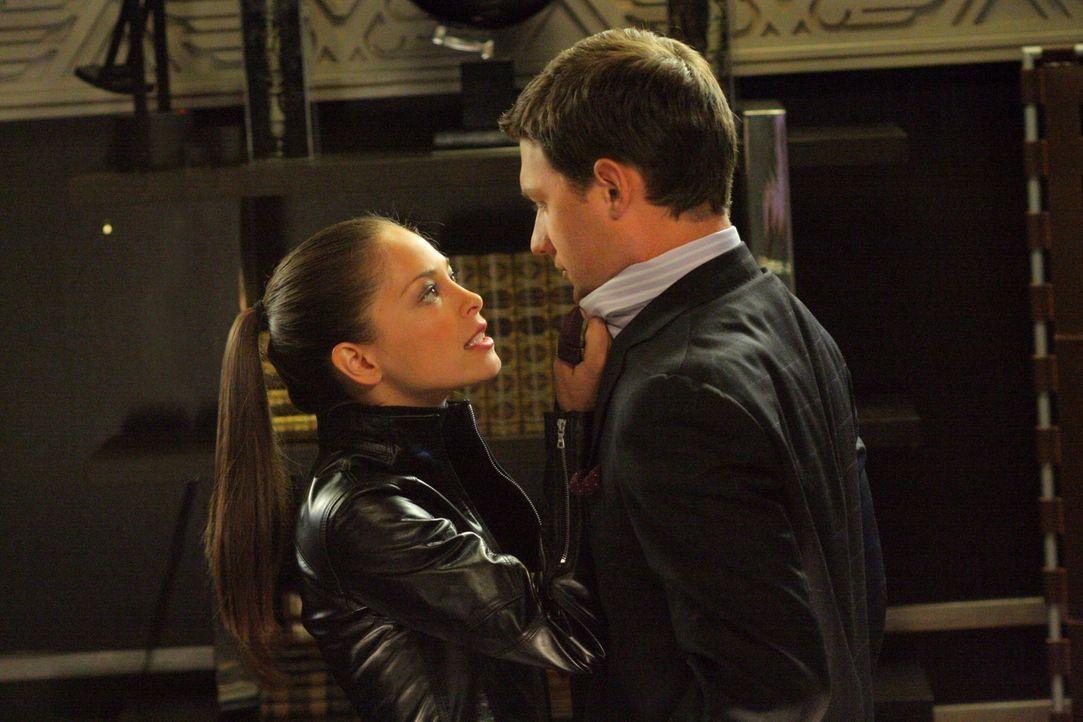 Nach einem Gewitter absorbiert Lana (Kristin Kreuk, l.) Clarks Superkräfte. Sie will sie benutzen, um an Lex Rache zu nehmen und kämpft sich durch s... - Bildquelle: Warner Bros.