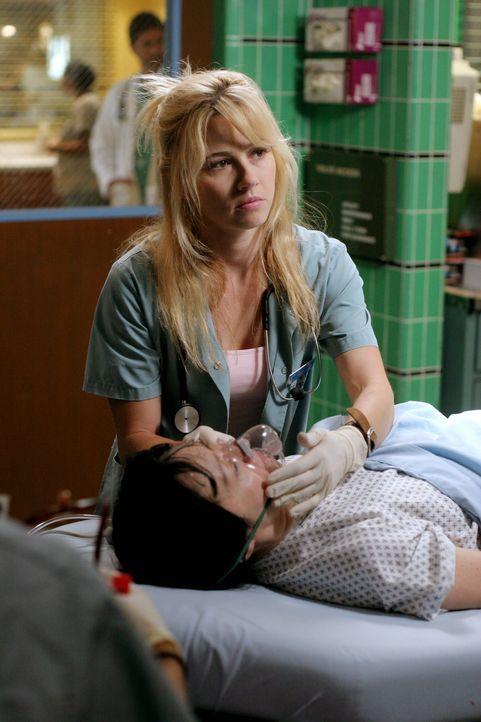 Samantha Taggart (Linda Cardellini) kümmert sich um einen Patienten ... - Bildquelle: Warner Bros. Television