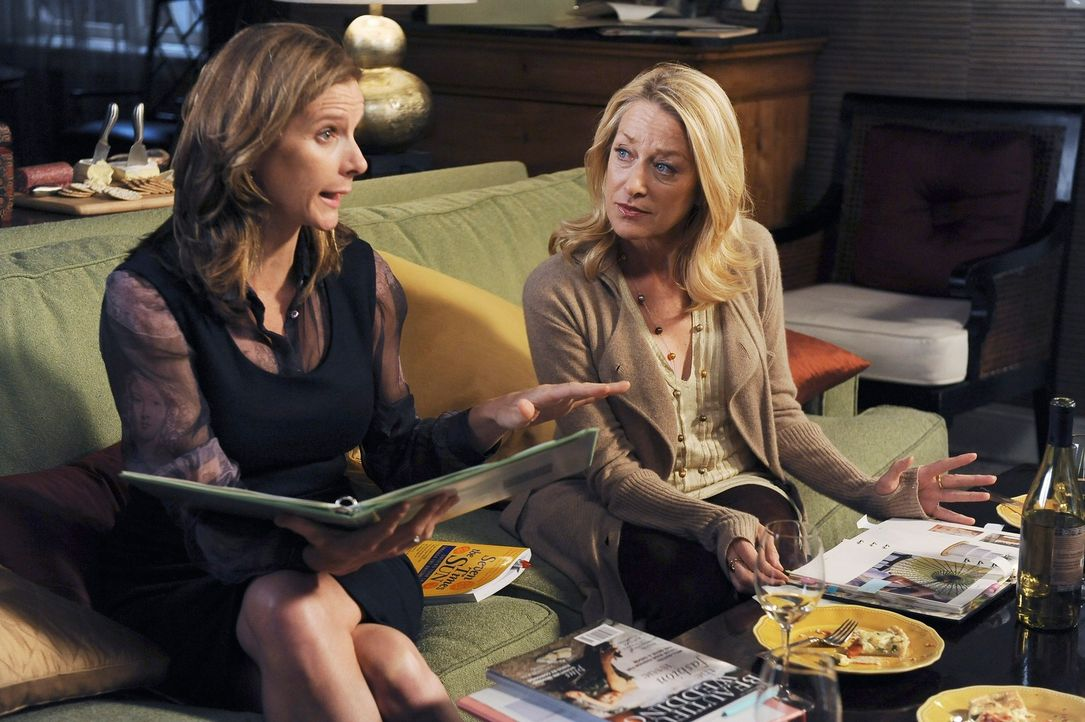 Wird Holly (Patricia Wettig, r.) ihren Mut zusammennehmen und Nora (Sally Field, l.) um einen Kredit bitten? - Bildquelle: 2009 American Broadcasting Companies, Inc. All rights reserved.