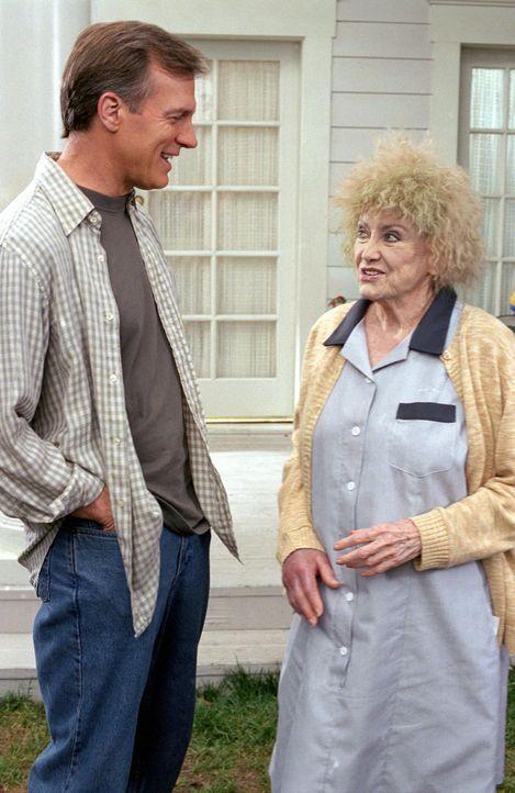 Erics (Stephen Collins, l.) Vater hat Schwester Gabrielle (Phyllis Diller, r.) beauftragt, die Camdens  zu unterstützen. Allerdings scheint sie dafü... - Bildquelle: The WB Television Network